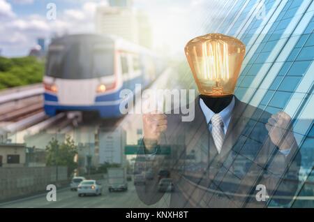 Geschäftsmann mit Lampe über dem Kopf auf Foto von Transport und Verkehr Gebäude Hintergrund, geschäftlichen Erfolg - Stockfoto