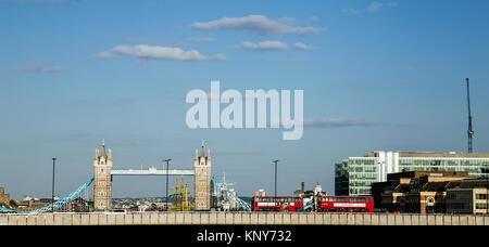 Seitenansicht des London Tower Bridge mit 2 roten Doppeldecker Busse fahren über die Brücke mit klarem Himmel an - Stockfoto