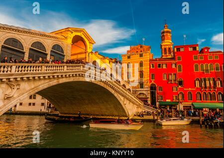 Gondeln, die Rialtobrücke, Grand Canal, Venice, Italien.
