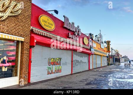 New York City - Dezember 10, 2017: geschlossene Geschäfte entlang der Promenade in Coney Island im Winter.