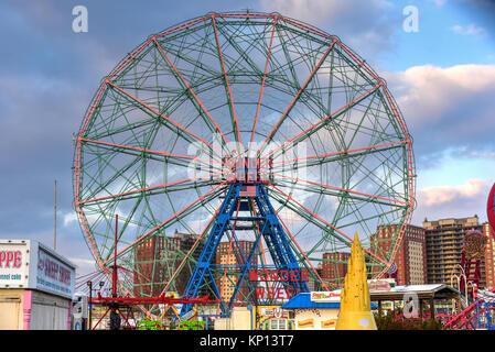 New York City - Dezember 10, 2017: Wonder Wheel im Luna Park. Es ist ein Vergnügungspark in Coney Island eröffnet am 29. Mai 2010 auf dem Gelände des ehemaligen Astro