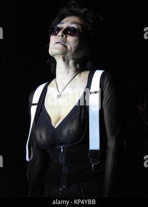 """Yoko Ono im Konzert an Pontins, Camber Sands, East Sussex. Diese Leistung war Teil der """"alle Parteien von Morgen' - Stockfoto"""