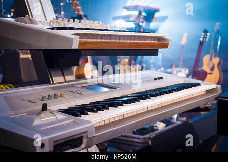 Professionelle Tastaturen auf Gitarren und Licht Sonnenuntergang - Stockfoto