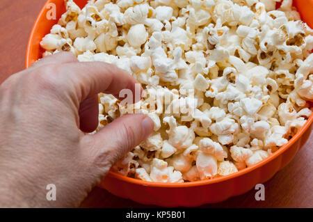 Von Hand gepflückt, Popcorn aus einer Schüssel - Stockfoto