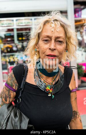 Tilburg, Niederlande. Reifen erwachsenen kaukasische Frau flanieren durch die jährliche Messe während der Morgenstunden - Stockfoto