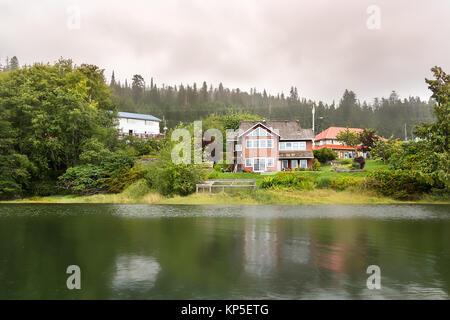 Blick auf die Häuser am Oceanview Dr Straße in Queen Charlotte Island - Stockfoto