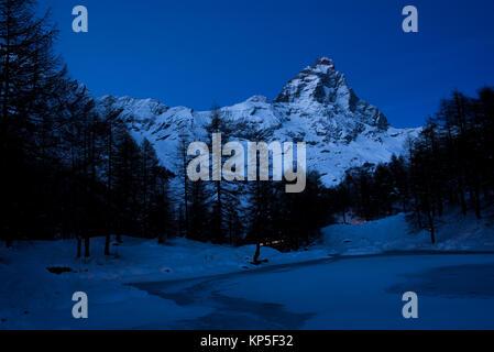 Cervino Berg Landschaft vom Blauen See in Italien in der Nacht im Winter. - Stockfoto