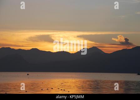Sonnenaufgang am Lake Atitlan in Guatemala - Stockfoto