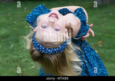 Adorable Schule Alter Mädchen zeigt fehlende vordere zwei Baby Zähne - Stockfoto