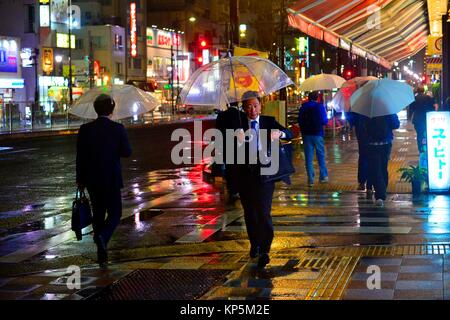 Ein STRRET von Asakusa bei Nacht einen regnerischen Tag, Tokio, Japan, Asien. - Stockfoto