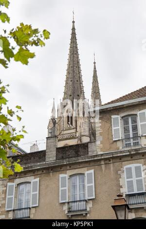Bayonne in Aquitanien, am 14. Oktober 2016 in Frankreich. Die Türme des Doms. - Stockfoto