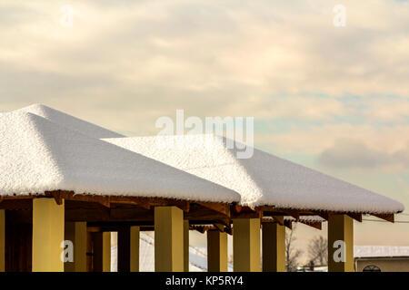 Dach der Outdoor Alkoven mit Schnee im Winter abgedeckt - Stockfoto
