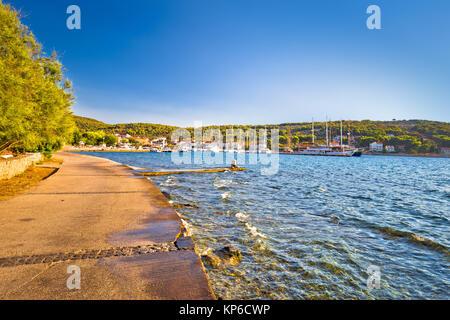 Seafront Gehweg auf der Insel Zlarin, Dalmatien, Kroatien - Stockfoto