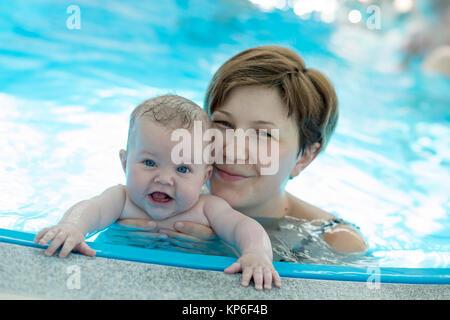 Kleinkind Mit Mutter Beim Babyschwimmen - Babyschwimmen - Stockfoto
