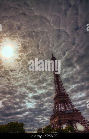 Wolken über Eiffelturm - Stockfoto
