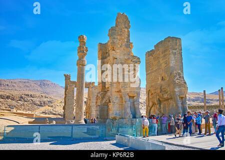 PERSEPOLIS, IRAN - Oktober 13, 2017: Die zahlreichen Touristen neben dem alle Nationen Tor (Xerxes Tor) in Persepolis - Stockfoto