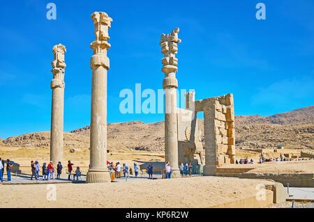 PERSEPOLIS, IRAN - Oktober 13, 2017: Die Touristen durch die Ruinen der Alle Nationen Xerxes Tor (Tor), Persepolis - Stockfoto