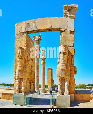 PERSEPOLIS, IRAN - Oktober 13, 2017: Alle Nationen Tor (Xerxes Tor) mit seinen erhaltenen Statuen, Dekore und Spalten - Stockfoto