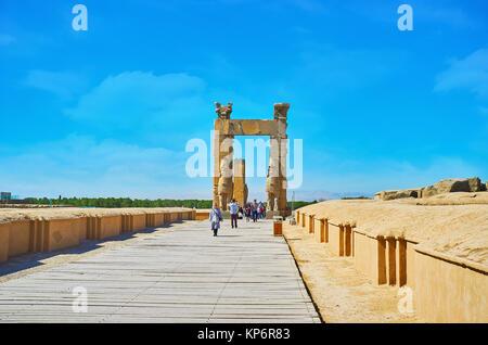 PERSEPOLIS, IRAN - Oktober 13, 2017: Der Weg entlang der Fundamente der alten Gebäuden in allen Nationen Gates (Xerxes - Stockfoto