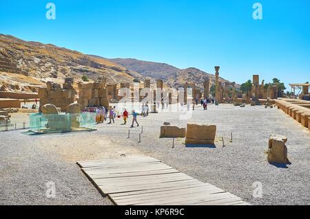 PERSEPOLIS, IRAN - Oktober 13, 2017: Die alten Ruinen von Persepolis liegt am Fuße des Mount Rahmet (Berg der Barmherzigkeit), - Stockfoto