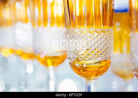 Orange Gläser in einer Reihe - Textur mit Licht hinter - Hintergrund - Stockfoto