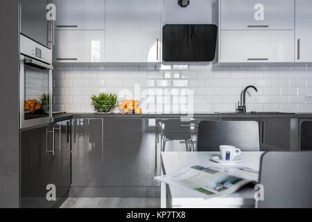 Schwarz Hochglanz offene Küche mit Beleuchtung im modernen Stil ...
