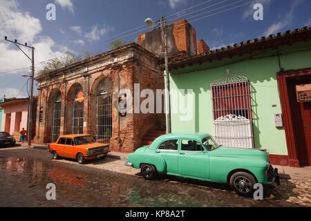 kuba trinidad alten kolonialhaus alte antikglas schaufenster vitrine mit reich verzierten. Black Bedroom Furniture Sets. Home Design Ideas