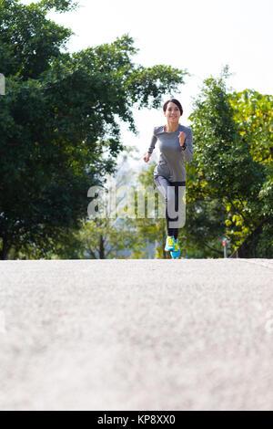 Frau läuft am Morgen - Stockfoto