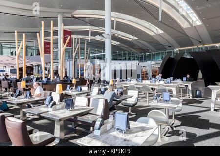 Toronto, Kanada - 22.Oktober 2017: Zeitgenössische Architektur in der Toronto Pearson International Airport - Stockfoto