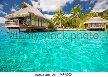 Über Wasser Bungalows mit Schritte in die Blaue Lagune - Stockfoto