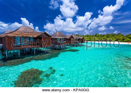 Über Wasser Bungalows mit Schritten in die Green coral Lagoon - Stockfoto
