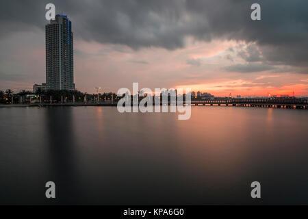 Farbenfroher Sonnenuntergang über dem Strand Ancol Jakarta. - Stockfoto