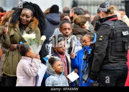 London, Großbritannien. 14 Dez, 2017. Überlebende, Familien und Mitglieder der königlichen Familien nehmen sie an - Stockfoto