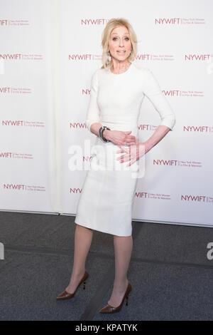 New York, Vereinigte Staaten. 14 Dez, 2017. New York, NY - 14. Dezember 2017: Judith Licht tragen Kleid von Michael - Stockfoto