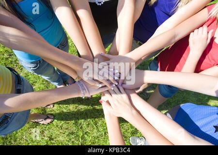 Model release, Symbolbild Zusammenhalt, Jugendliche Hand in Hand - teenage Solidarität - Stockfoto