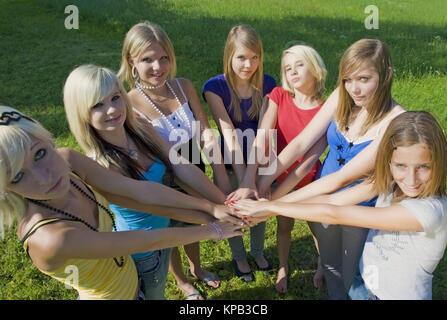 Model Release, Jugendliche Maedchen Zweisimmen Zusammen - teenage Solidarität - Stockfoto