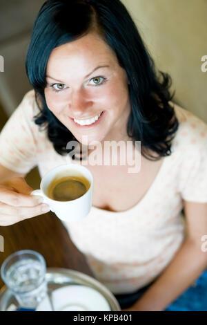 Model Release, entschied der Junge Frau Im Kaffeehaus Kaffee - junge Frau in Cafeteria trinkt Kaffee - Stockfoto