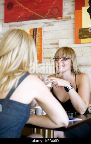 Model Release, Zwei Junge Frauen Im Kaffeehaus - zwei junge Frauen in cafeteria - Stockfoto