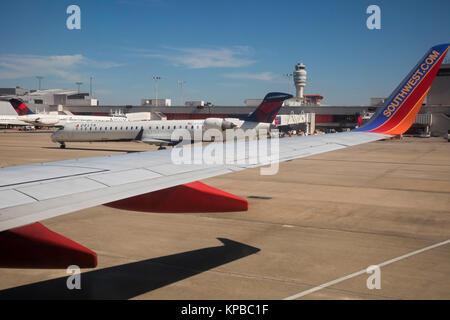 Atlanta, Georgia - Südwesten und Delta Jets auf der Rollbahn am Hartsfield Jackson Atlanta International Airport. - Stockfoto