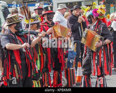Morris Dancers in am Dorfplatz um in den Yorkshire Dales vereinbaren - Stockfoto