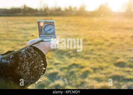 Kompass in der Hand eines Mädchens - Stockfoto