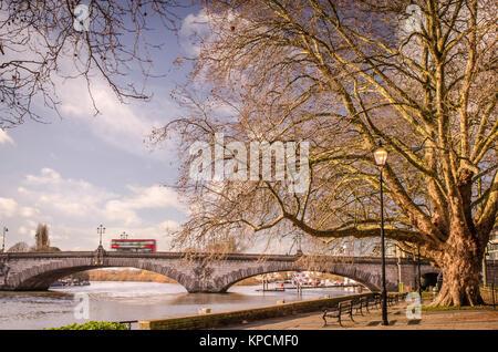 Kew Bridge auf der Thames Path in West London - Stockfoto