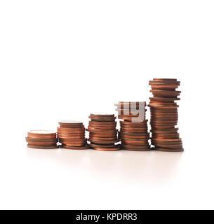 Gestapelten Münzen auf einem weißen Hintergrund, Finanzkonzept - Stockfoto