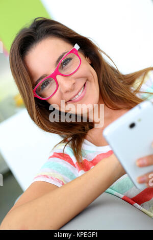 Mädchen mit rosa Brille auf Internet angeschlossen - Stockfoto