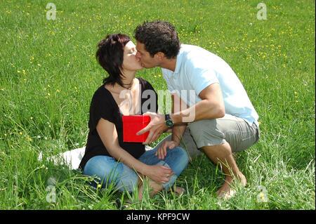 Valentinstag, Paar Kuesst Sich in der Wiese - Happy Valentine, liebe paar Küssen auf Wiese - Stockfoto