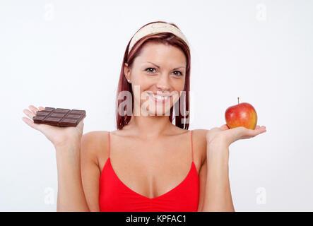Junge Frau Mit Schokolade Und Apfel - junge Frau mit Schokolade und Apfel - Stockfoto