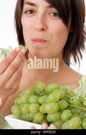Junge Frau Mit Weintrauben - junge Frau mit Trauben - Stockfoto