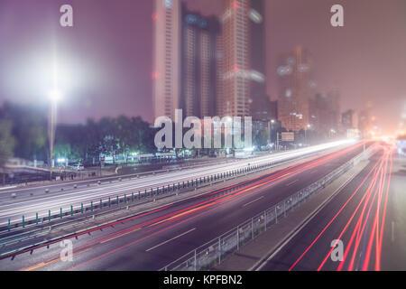 Verschwommen Ampel Spuren auf der Straße in Peking, China. - Stockfoto