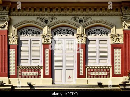 ... Klassische Chinesische Singapur Shop Haus Mit Bogenfenster, Creme  Fensterläden Aus Holz Und Kunstvollen Steinmetzarbeiten