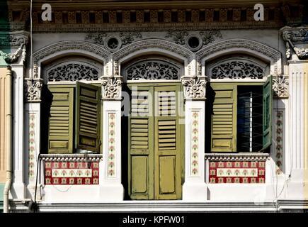 Good ... Klassische Chinesische Singapur Shop Haus Mit Bogenfenster, Grüne  Fensterläden Aus Holz Und Kunstvollen Steinmetzarbeiten
